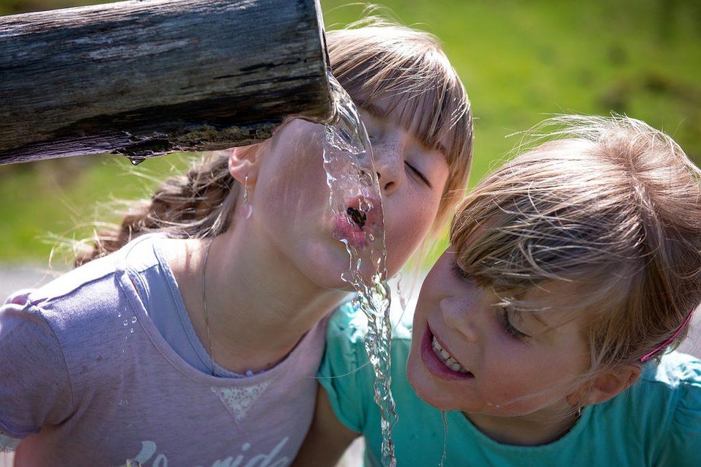 שותים מים בחום היום